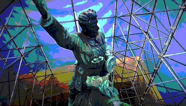 Чому досі висне тінь червоного комдива Щорса, стирчить гнилий зуб Леніна?