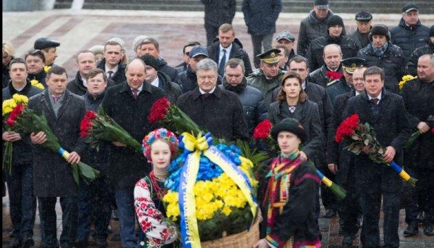 Руководители государства возложили цветы к памятникам Шевченко и Грушевскому