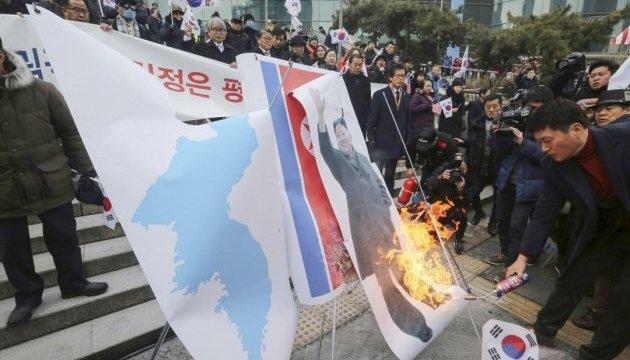 У Сеулі до приїзду делегації з Пхеньяна спалили прапор і портрет лідера КНДР