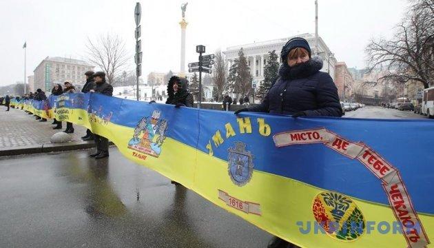 На Хрещатику розгорнули прапор України довжиною понад кілометр