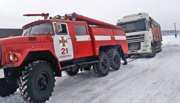 У Києві та на Миколаївщині через негоду знову обмежили рух вантажівок