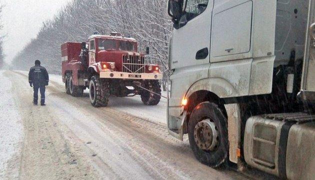 Из-за снегопадов на Прикарпатье ограничили движение крупногабаритного транспорта