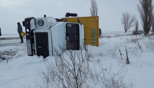 На Херсонщині на засніженій дорозі перекинулась вантажівка Укрпошти
