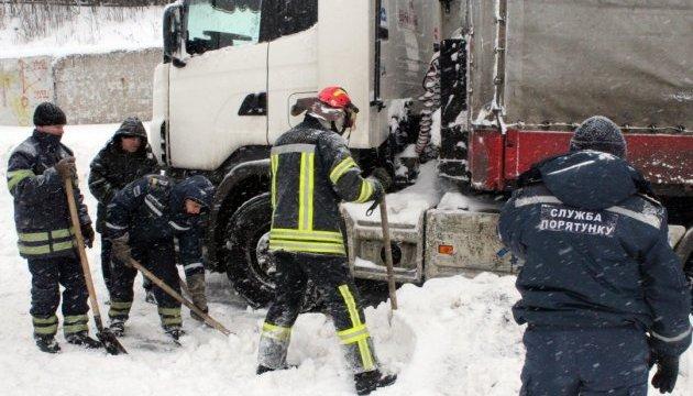Луганщину теж замело: рятувальники відкопують і буксують авто