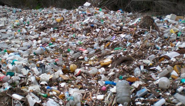 Ураганний вітер здійняв у повітря тонни сміття