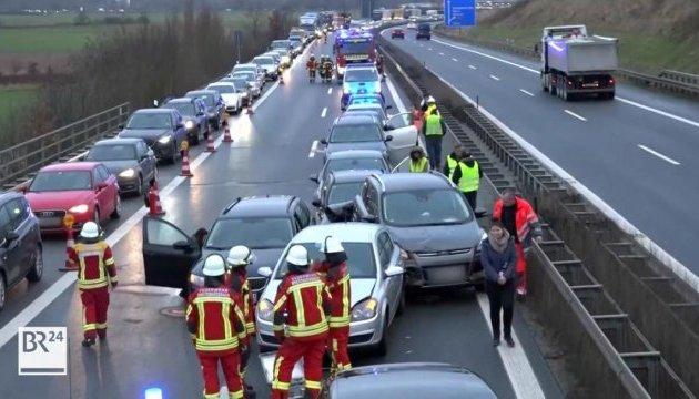 На німецькому автобані зіткнулися 17 авто, близько двадцяти постраждалих