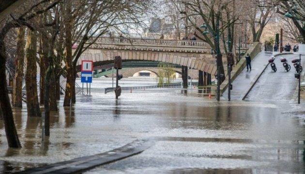 Через повінь у Парижі евакуювали близько тисячі людей