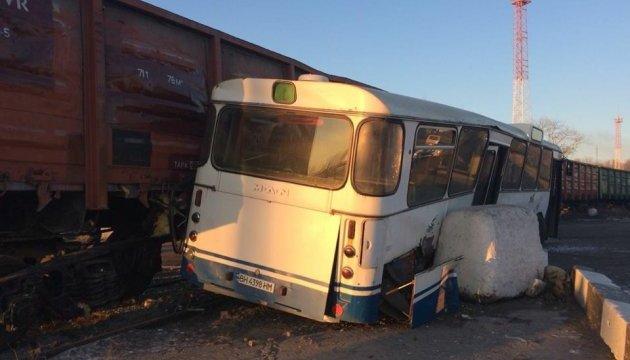У Чорноморську зіткнулися товарний потяг та автобус, шестеро постраждалих