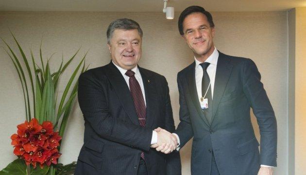 Порошенко и Рютте проводят переговоры в Давосе