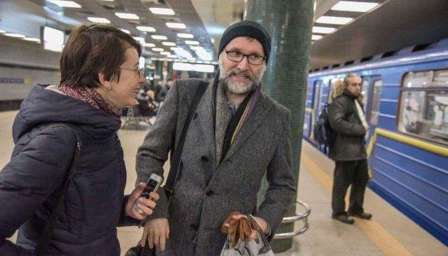 У київському метро зустріли композитора, який писав музику для серіалу
