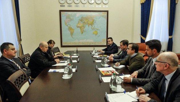 Турчинов обговорив з військовими експертами закон про реінтеграцію Донбасу