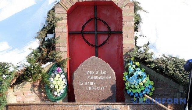 В Сумах память погибших в бою под Крутами почтили факельным шествием