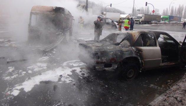 У Києві фура врізалася в Mercedes, загорілися кілька авто