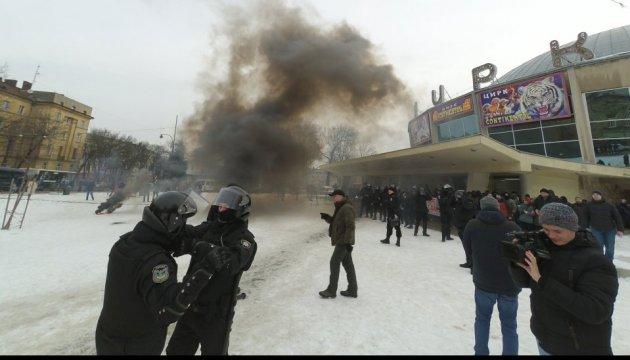 Во Львове во время акции протеста возле цирка произошли столкновения с полицией