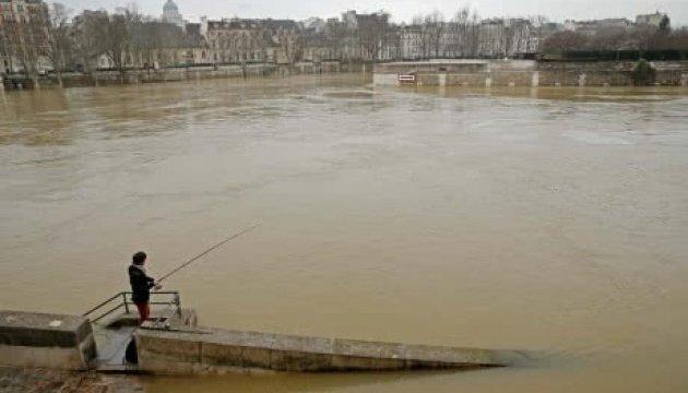 Повінь у Парижі: евакуйовані 1500 осіб, пік води у Сені чекають в ніч на понеділок