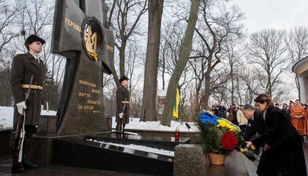 Президент возложил цветы к памятному кресту Героям Крут на Аскольдовой могиле