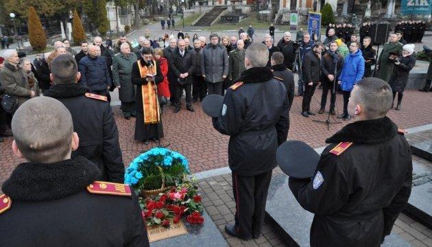 Львовяне зажгли лампадки памяти на могилах участников боя под Крутами