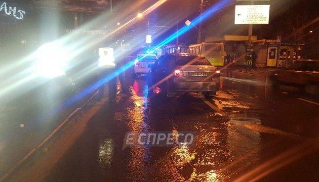В Киеве машина сбила женщину, которая перебегала дорогу на