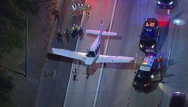 Пассажирский самолет в США совершил аварийную посадку на автостраду