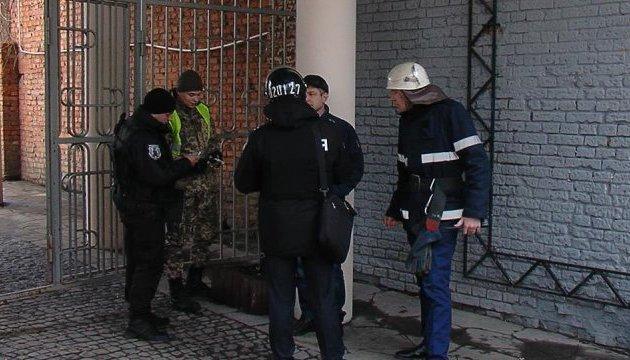 Возле торгового центра Винницы нашли похожий на взрывчатку предмет