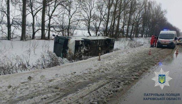 Картинки по запросу Под Харьковом ветер опрокинул автобус, есть пострадавшие