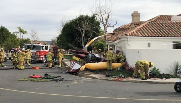 В Калифорнии вертолет упал на дом, трое погибших