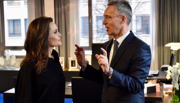 Столтенберг и Джоли договорились совместно защищать права женщин в зонах конфликтов
