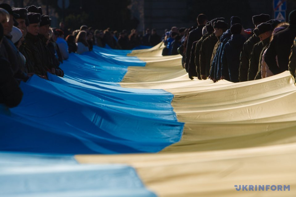 Military connect the banks of the Uzh River with a 100-meter-long blue-yellow flag / Photo: Serhiy Hudak, Ukrinform