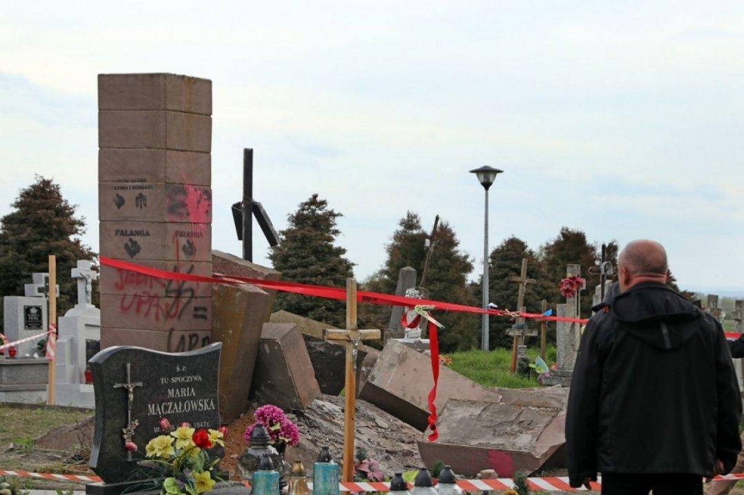 Зруйнуваний пам'ятник воїнам УПА на кладовищі села Грушовичі поблизу Перемишля // Фото: Portalprzemyski.pl