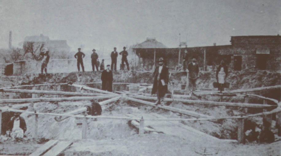 Будівництво вежі в Миколаєві – на передньому плані В. Г. Шухов