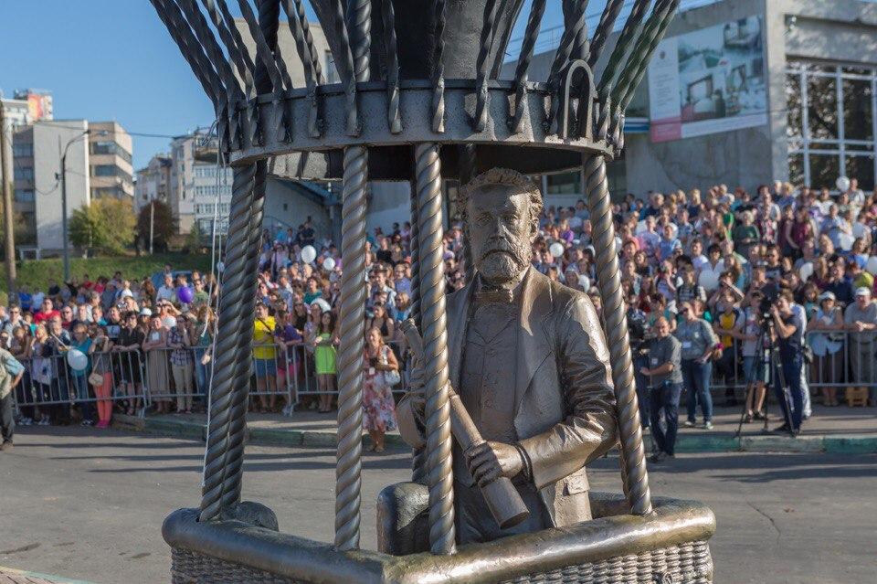 Памятник ЖюлюВерну в Нижнем Новгороде