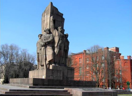Монумент на честь проголошення радянської влади в Україні, прозваний в народі «п'ятеро з ломбарду несуть холодильник»