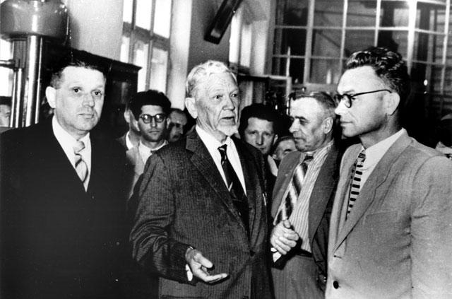 Степан Тимошенко (в центрі)