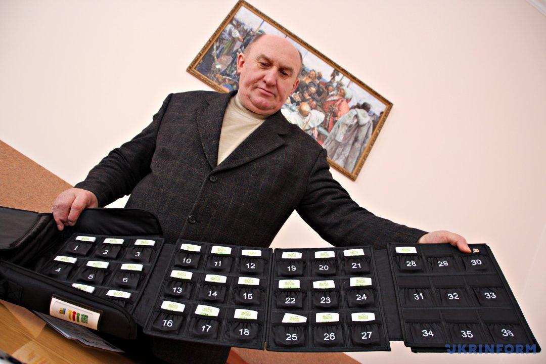 Секретар Почаївської міської ради Василь Уйван демонструє мобільну систему для голосування «Рада»