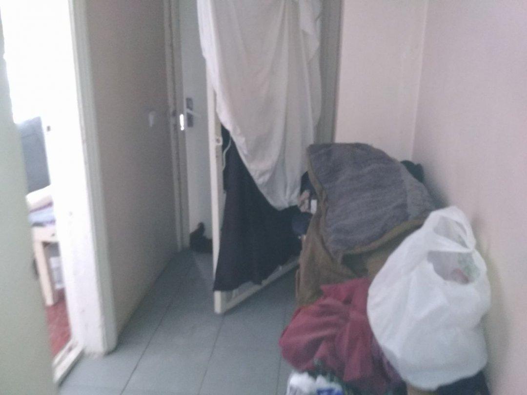 Двері пункту обігріву завішані простирадлами - так захищаються від протягів