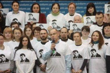 Ukrinform-Mitarbeiter gratulieren Roman Suschtschenko zum Geburtstag