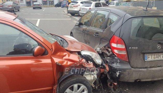 В центре Киева пьяный водитель протаранил припаркованный Mercedes