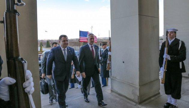 Poltorak und Mattis sprechen über US-Waffenlieferungen an die Ukraine