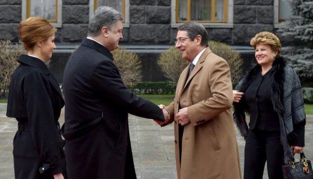 Порошенко поздравил президента Кипра с переизбранием на новый срок