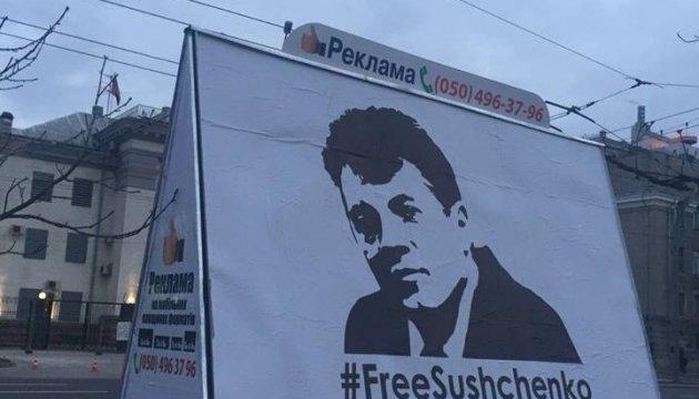 Instalan un cartel frente a la Embajada de Rusia en Kyiv con motivo del cumpleaños de Súshchenko