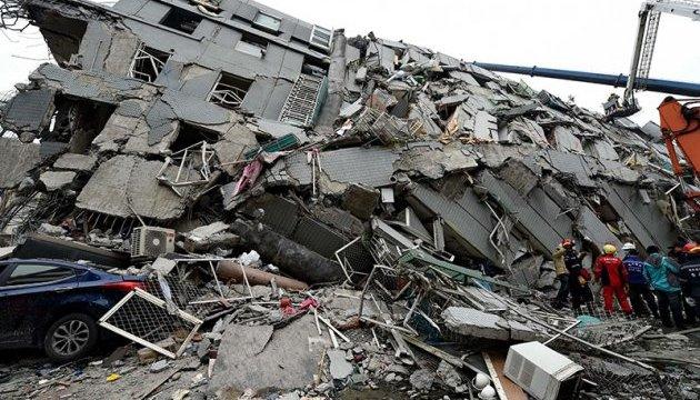 На Тайвані землетрус магнітудою 6,4 повалив будівлі і потрощив дороги
