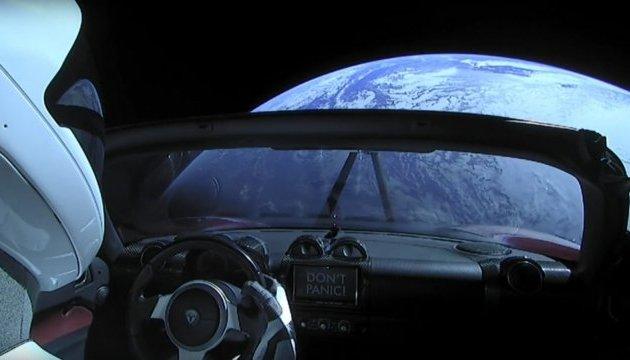 Электромобиль Маска покинул Земную орбиту