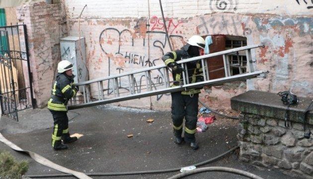 В центре Киева загорелся отселенный дом