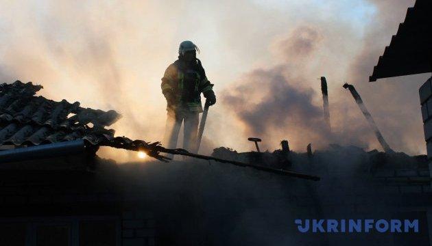 В Марьинке загорелся дом, в который попала взрывчатка