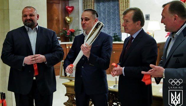 В Киеве презентовали олимпийский факел зимних Игр-2018