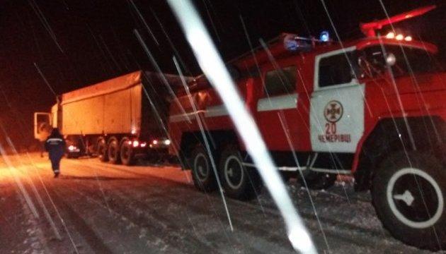 На Хмельниччині рятувальники витягли зі снігу автобус з 20 дітьми