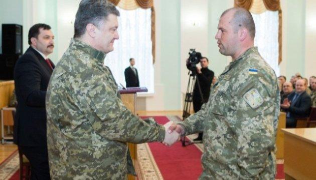 Порошенко поздравил командира 10-й горно-штурмовой бригады с днем рождения