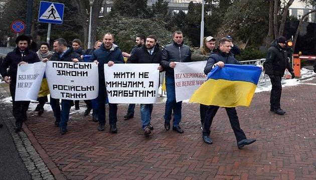Депутаты от Радикальной партии провели акцию под парламентом Польши