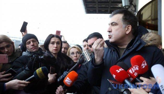 Саакашвили собирает брифинг возле отеля, где его якобы пытались задержать