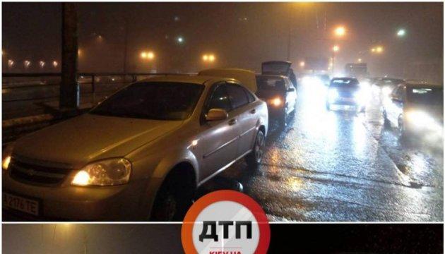 На Шулявском мосту из асфальта вылезла арматура, повреждены более чем 10 авто